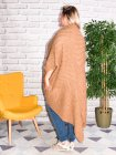 Saintes, long et original gilet en maille camel profil