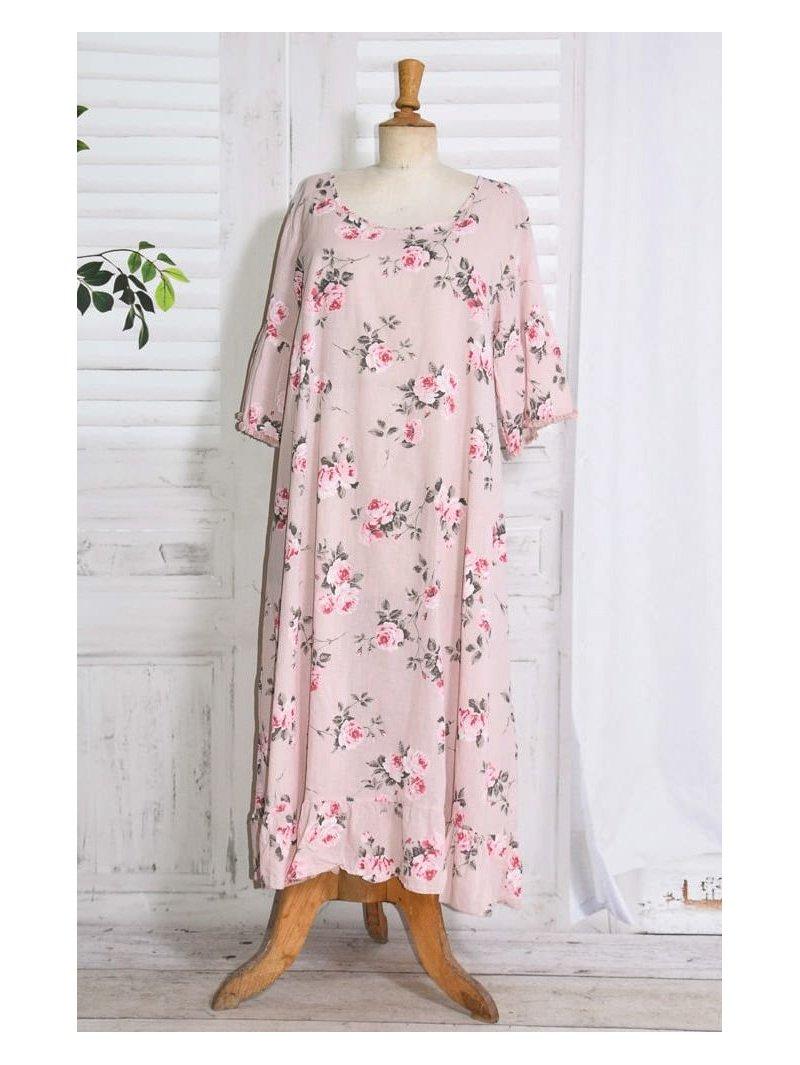 Constance, fond de robe fleuri rose face